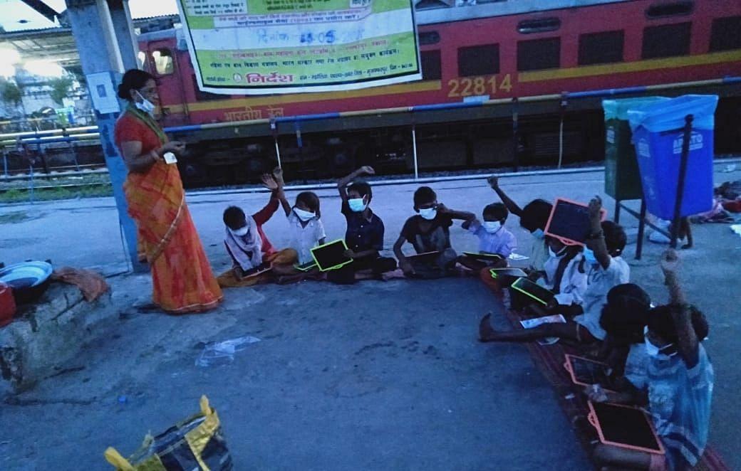 स्टेशन पर भीख मांगकर नशा करनेवाले बच्चे अब सीख रहे हिंदी का ककहरा, रेलवे प्लेटफॉर्म पर सजती है अनोखी पाठशाला