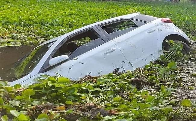 Araria News: बिहार में दर्दनाक सड़क हादसा, चालक के संतुलन खोने से पानी भरे गड्ढे में पलटी कार, पांच की मौत