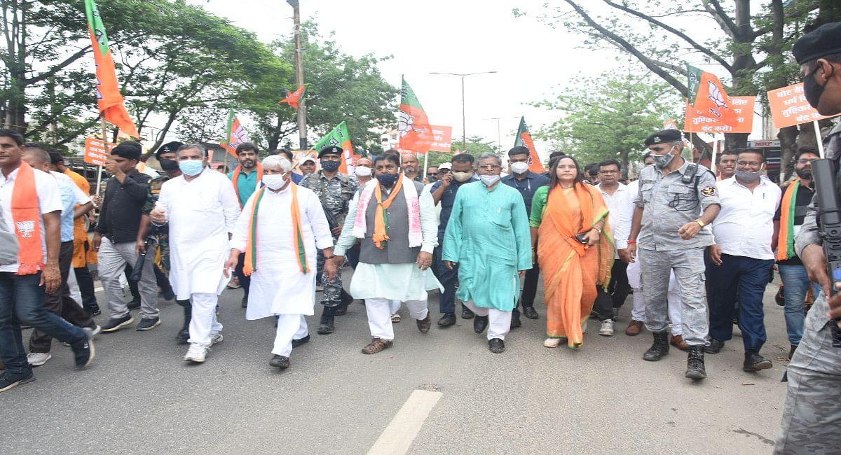 झारखंड विधानसभा घेराव करने जाते BJP विधायक दल के नेता बाबूलाल मरांडी व अन्य.
