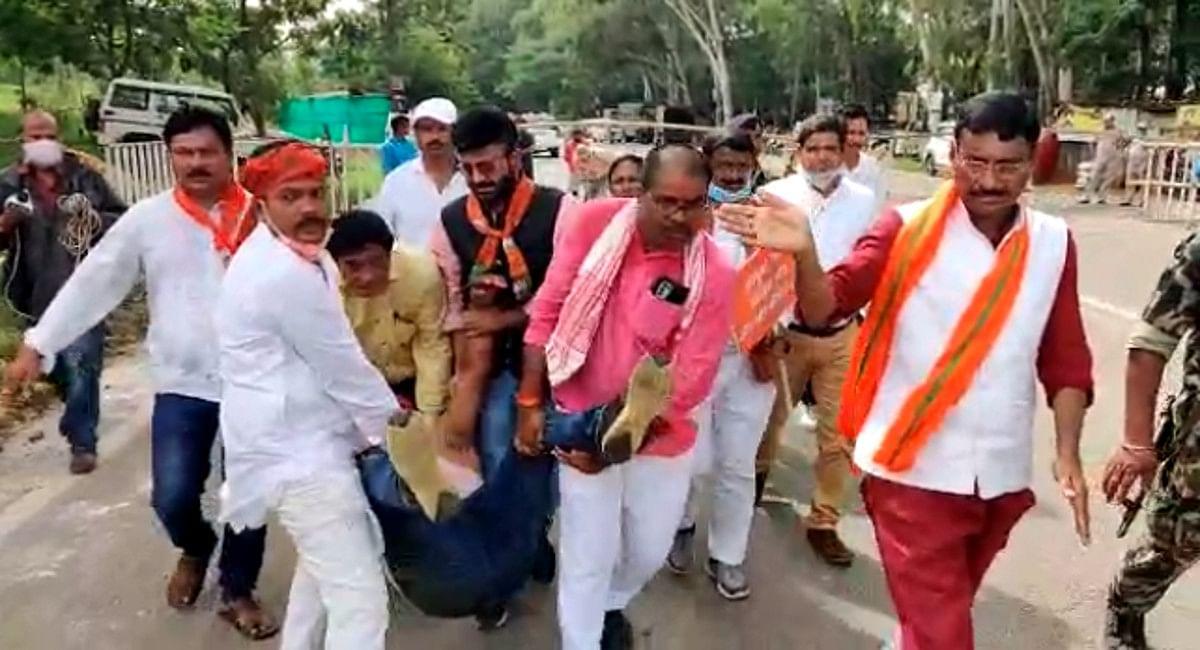 BJP नेताओं ने लाठी चार्ज का लगाया आरोप. घायल कार्यकर्ता को ले जाते रांची सांसद संजय सेठ व अन्य.