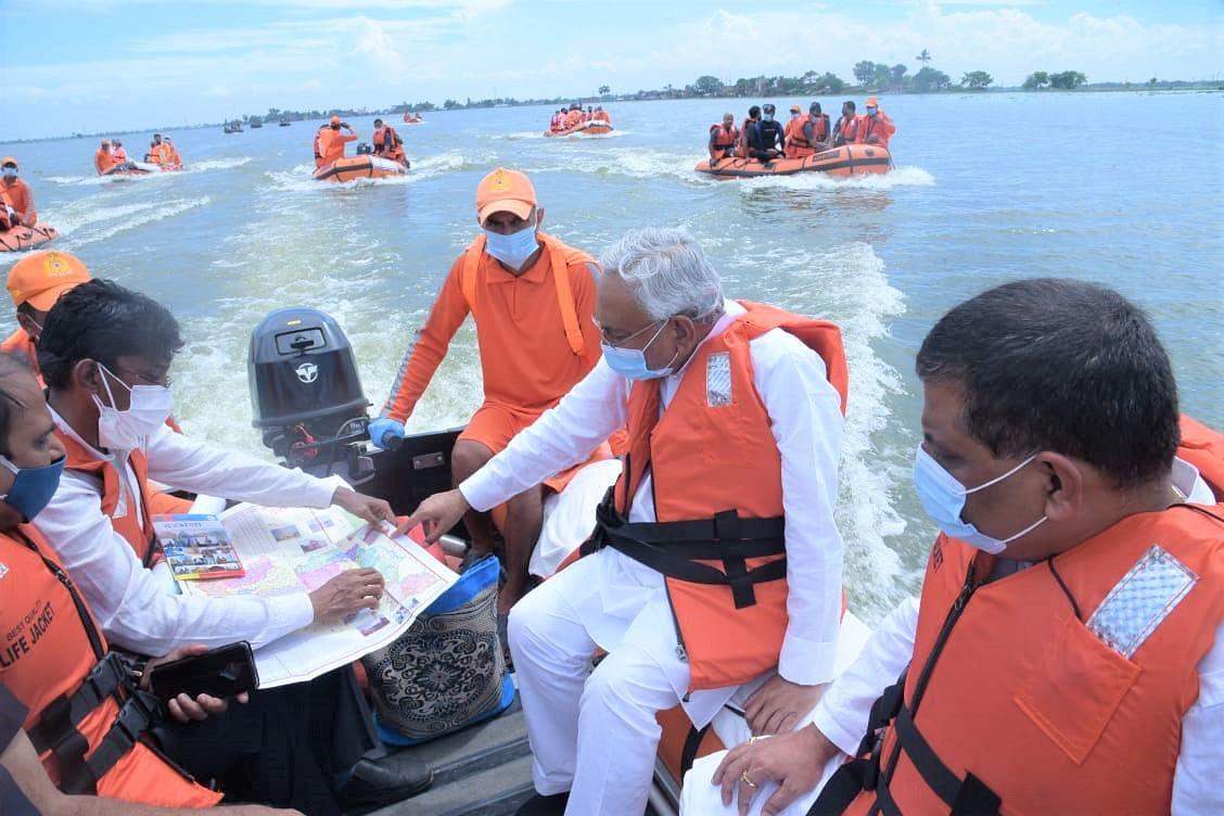 मुख्यमंत्री नीतीश कुमार ने बोट से लिया बाढ़ग्रस्त इलाकों का जायजा, बोले- बाढ़ को लेकर सरकार पूरी तरह से सतर्क