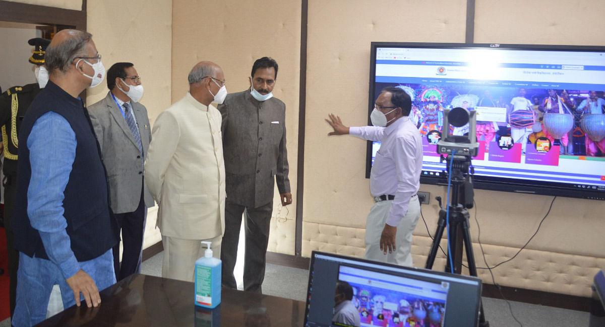 विनोबा भावे यूनिवर्सिटी परिसर में डिजिटल स्टूडियो को देखते राज्यपाल रमेश बैस, सांसद जयंत सिन्हा व अन्य.