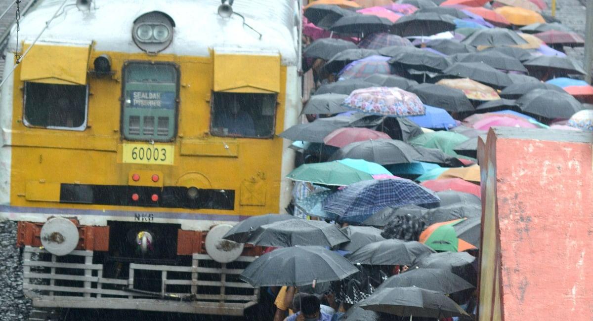 IRCTC News: बंगाल में बारिश से डूबीं रेल की पटरियां, हावड़ा की बजाय यहां से छूटेंगी रांची जाने वाली ट्रेनें