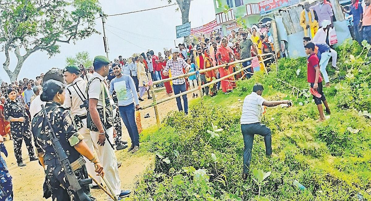 Bihar: पत्नी को मुखिया पद के लिए नॉमिनेशन कराने आये अपराधी को पुलिस ने दबोचा, हमला करके छुड़ा ले गये समर्थक
