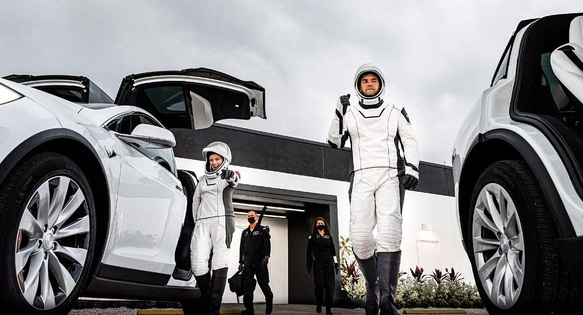 SpaceX Inspiration4: अंतरिक्ष में पहली बार धरती के 4 लोगों ने रखा कदम, एलन मस्क की SpaceX ने रचा इतिहास