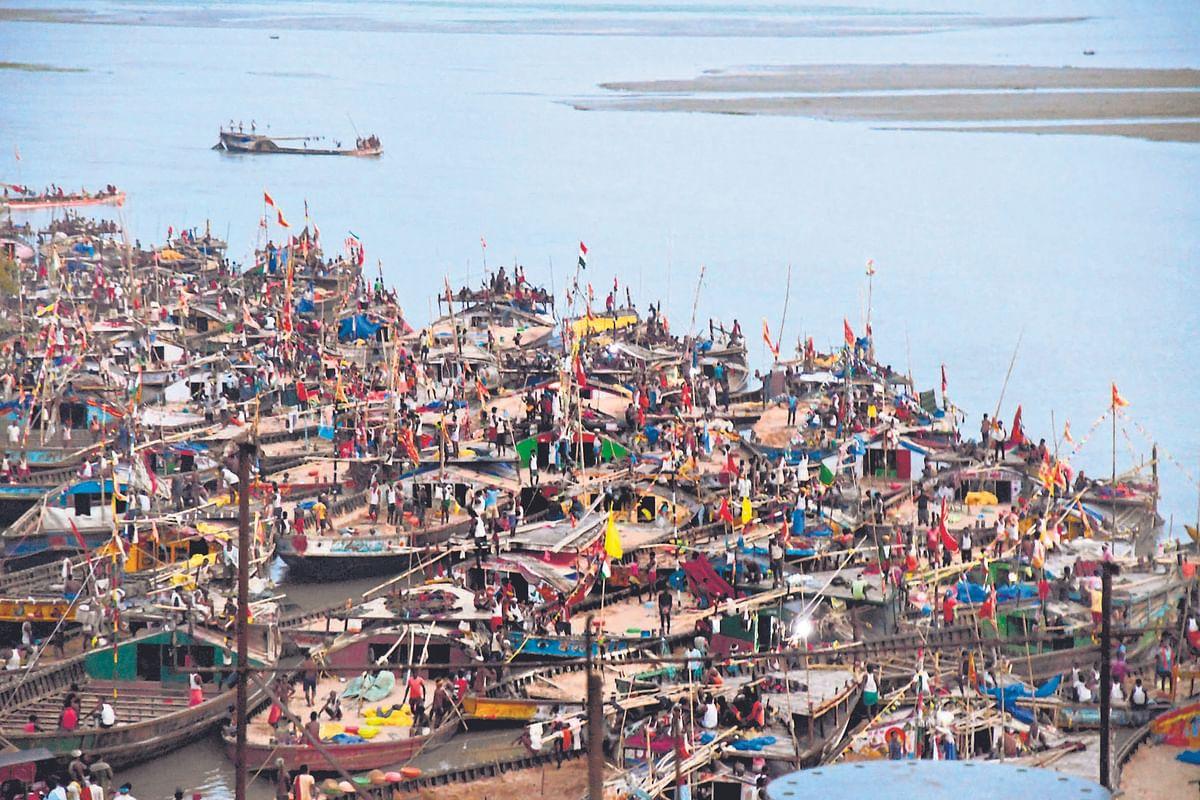 बिहार में बेखौफ बालू माफिया, गांधी सेतु के नीचे रोज सजती है बालू की अवैध मंडी