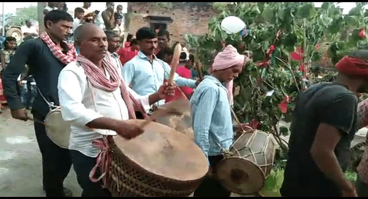 करमा पूजा पर ढोल, नगाड़े व मांदर की थाप से गूंजते रहे अखाड़े, नाचती-गाती महिलाओं ने करम डाल को किया विसर्जित