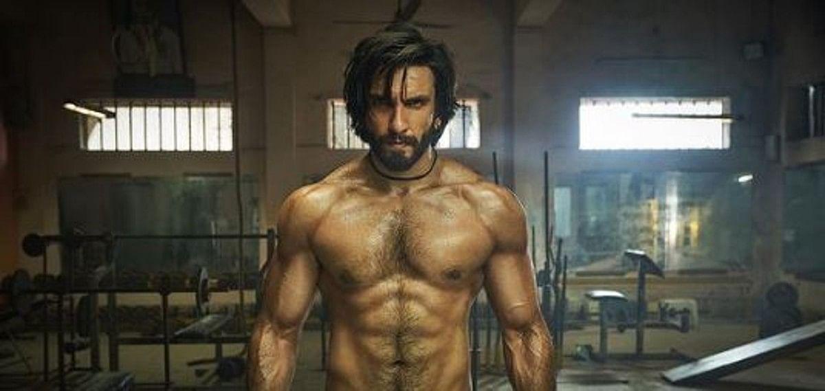 रणवीर सिंह ने नहाते समय फ्लॉन्ट किए 6 पैक ऐब्स, फैंस ने कहा, उफ...देखें PHOTOS