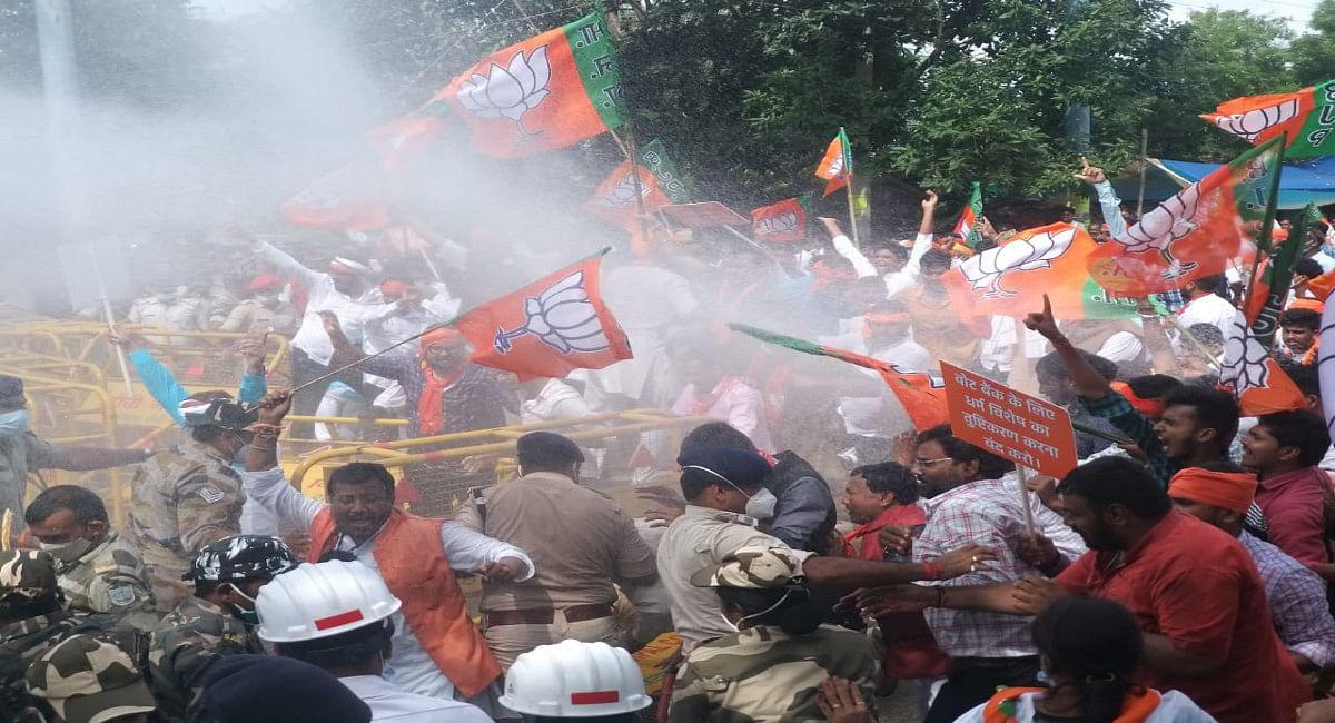 BJP कार्यकर्ताओं को आगे बढ़ने से रोकने के लिए हुआ वाटर कैनन का प्रयोग.