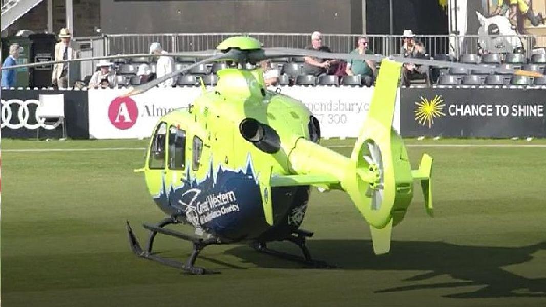 लाइव क्रिकेट मैच के दौरान अचानक मैदान पर उतर आया हेलीकॉप्टर, फील्ड छोड़ भागने लगे खिलाड़ी
