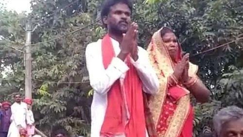 Bihar Panchayat Chunaw: बैलगाड़ी से नामांकन करने पति के साथ पहुंची महिला प्रत्याशी, देखने के लिए उमड़ी भीड़