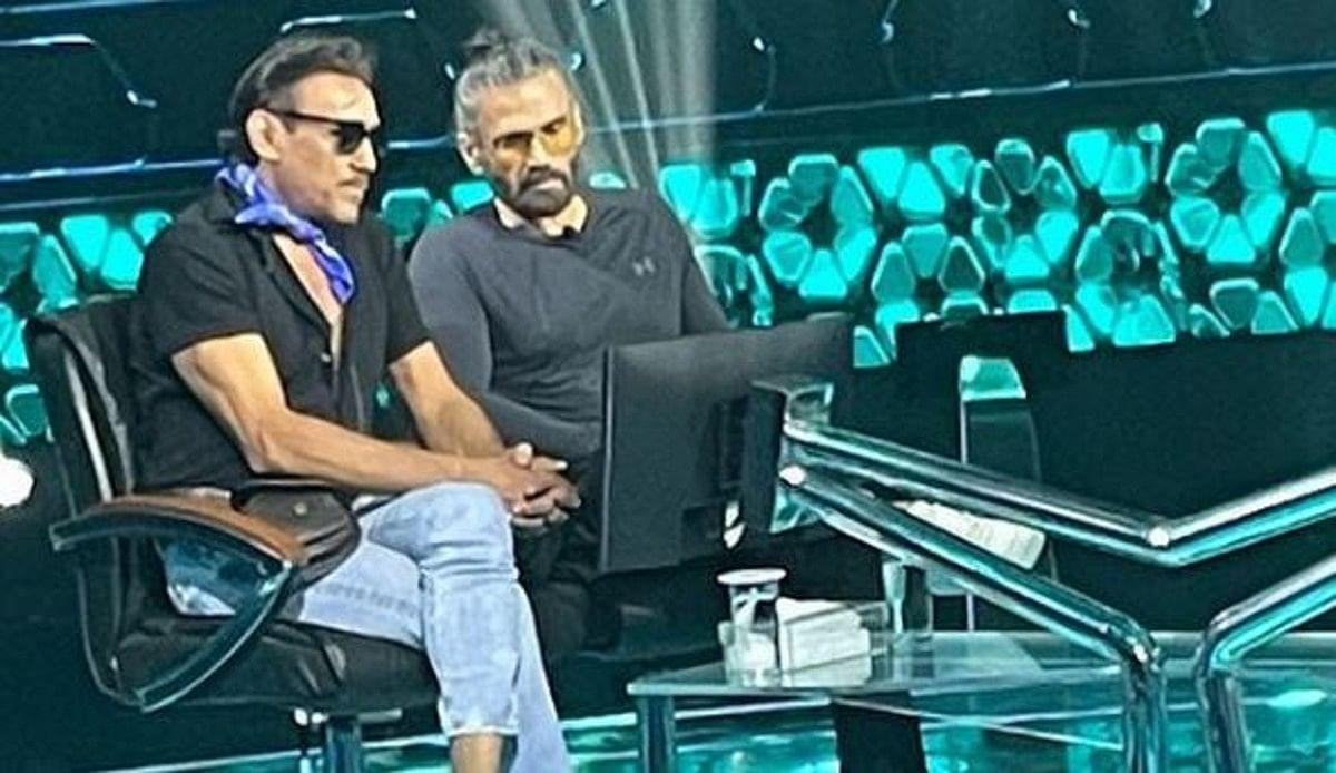 KBC 13: अमिताभ बच्चन ने पूरी की जैकी श्रॉफ की विश, गिफ्ट की अपनी डिजाइनर ऑटोग्राफ्ड बो टाई, देखें PHOTOS