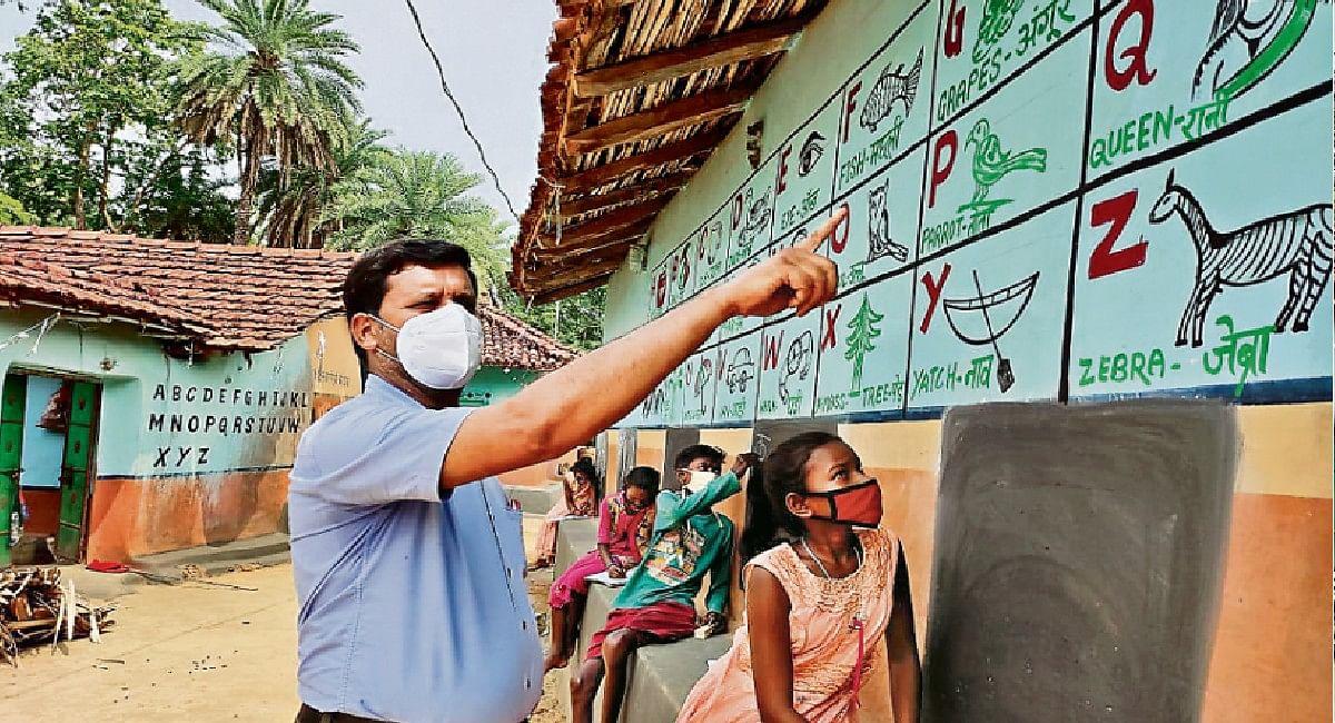 दुमका के टीचर सपन कुमार ने गांव को क्लासरूम व मिट्टी की दीवारों को ब्लैकबोर्ड में बदला, PM- CM से मिली सराहना