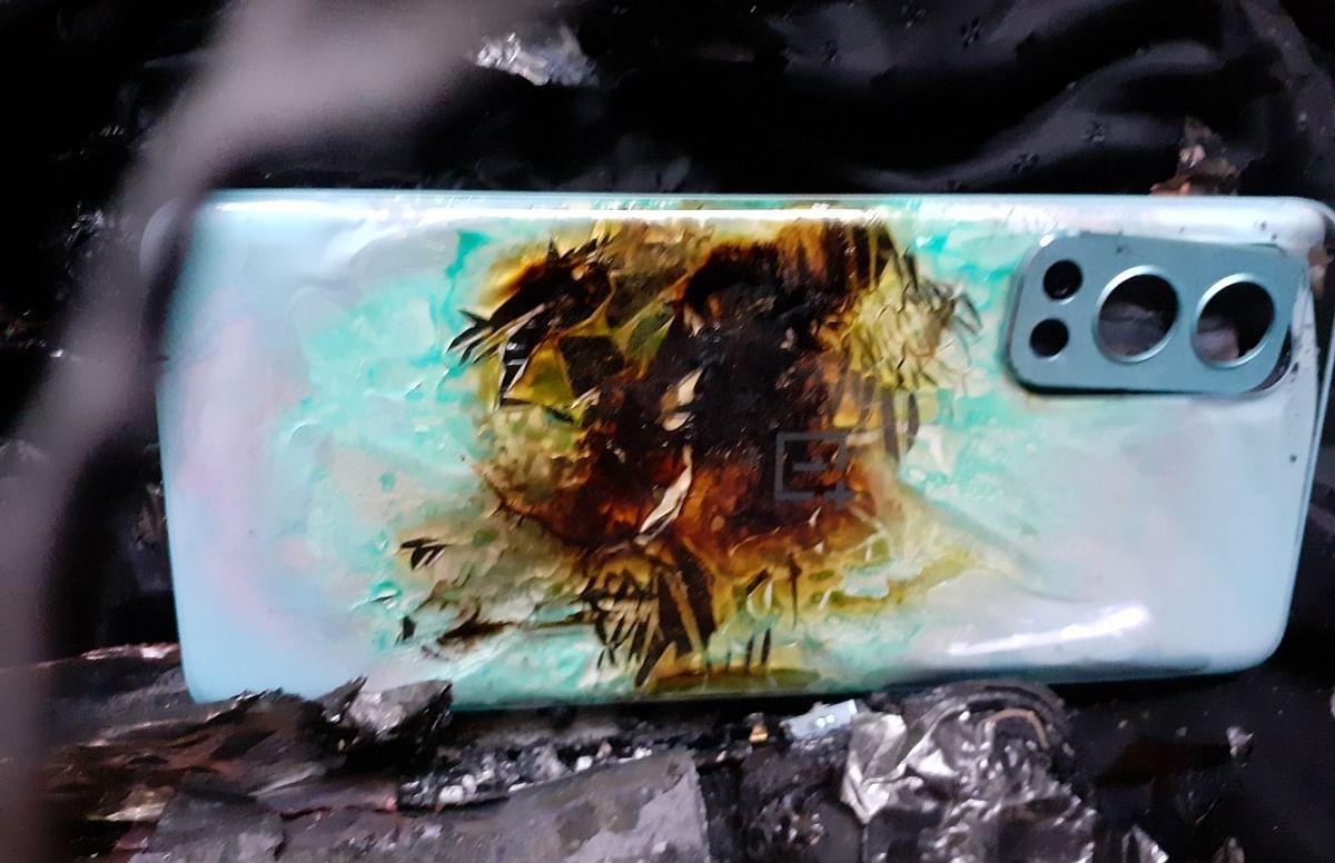 OnePlus Nord 2 5G में हुआ ब्लास्ट, वकील के गाउन में फटा फोन, देखें तस्वीरें