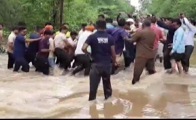 महाराष्ट्र : यवतमाल में देखते ही देखते बाढ़ में बह गई बस, एक यात्री की मौत, ड्राइवर-कंडक्टर समेत 3 लापता