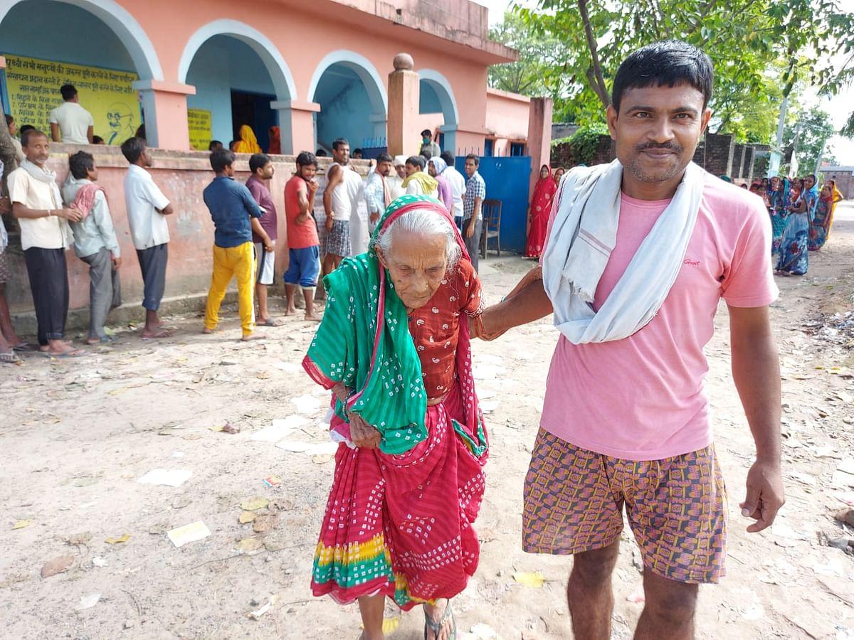Bihar Panchayat Chunav: निर्जला व्रत के बाद भी बूथ पर दिखा महिलाओं का उत्साह, देखिए 10 तस्वीरें