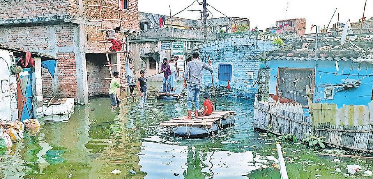 मुजफ्फरपुर के दर्जनों मोहल्लों में घुसा बूढ़ी गंडक का पानी, छतों पर कट रही जिंदगी, घर के सामने चल रही नाव