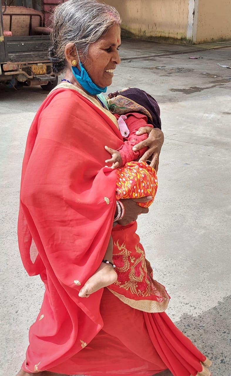 बच्चे को ले जा रही एक महिला