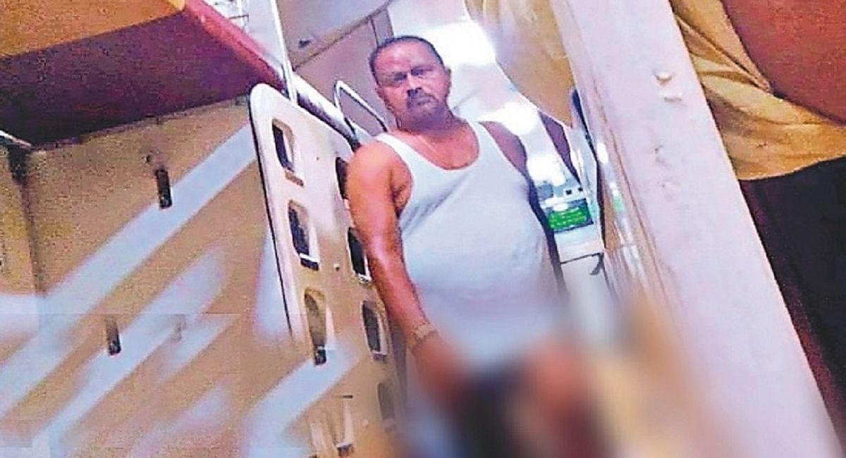 तेजस की बोगी में कच्छा पहनकर घूमते दिखे जदयू विधायक गोपाल मंडल, यात्रियों ने किया विरोध, हंगामा