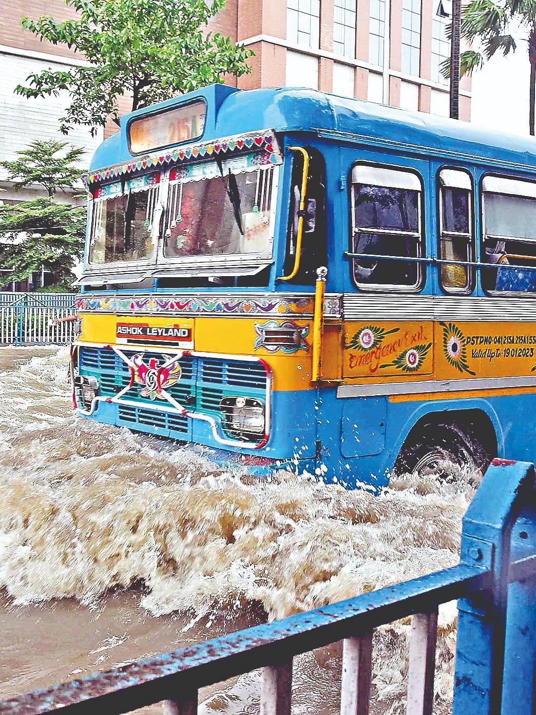 कोलकाता की सड़क पर लग रहा था मानो समुद्र की लहर हो
