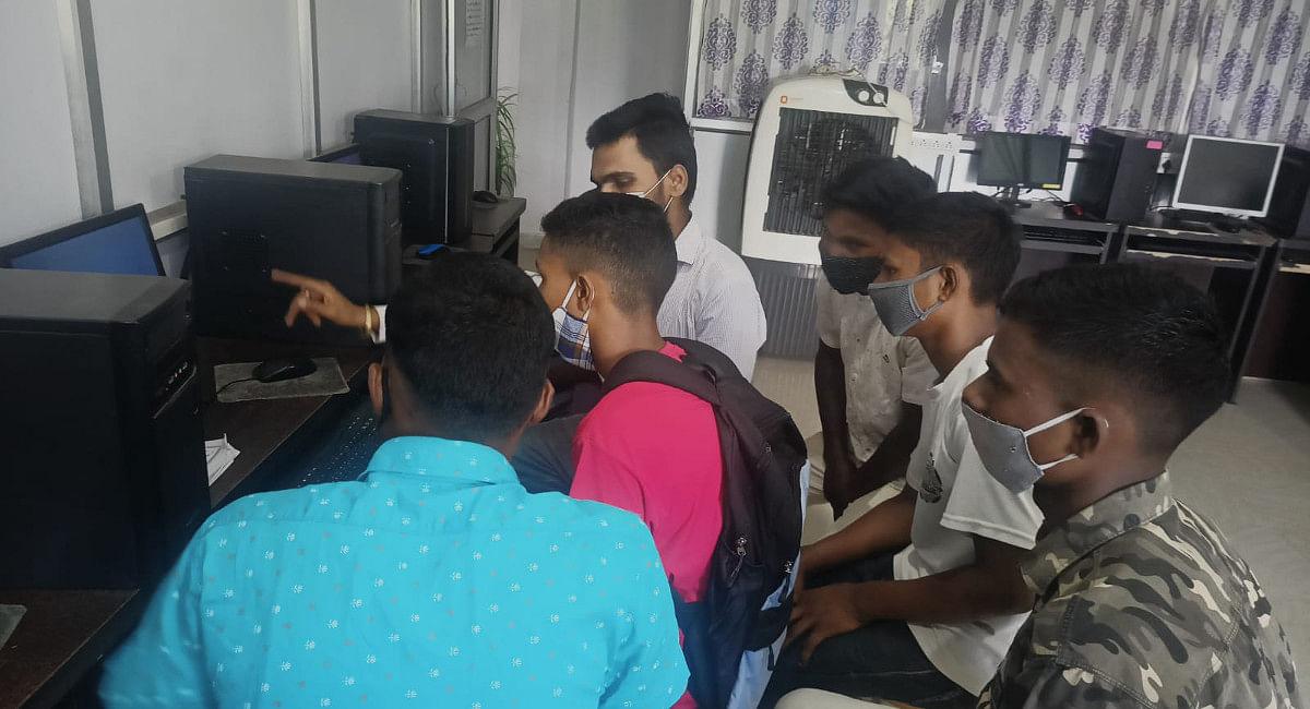 Jharkhand News: सिमडेगा के हॉकी खिलाड़ी अब कंप्यूटर में भी होंगे हुनरमंद, अमेरिका से ऑनलाइन सीख रहे अंग्रेजी