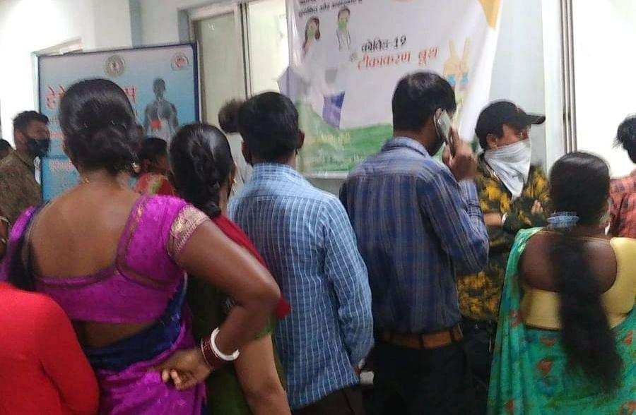 Corona Vaccination In Ranchi : कोरोना वैक्सीन लेने रिम्स पहुंचे शख्स को सिक्योरिटी गार्ड ने क्यों धमकाया