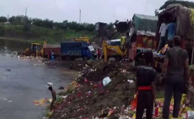 Video Viral: इंदौर में गणेश प्रतिमाओं को अपमानजनक तरीके से फेंकने के मामले में नगर निगम के 9 कर्मचारी बर्खास्त