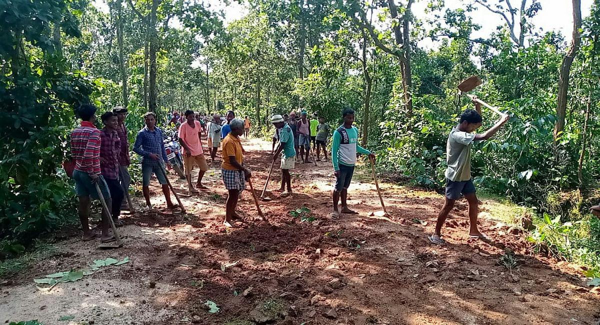 नक्सलियों के गढ़ में चला कुदाल, गुमला के घाघरा में 7 घंटे में 200 ग्रामीणों ने 5 किमी बनायी कच्ची सड़क
