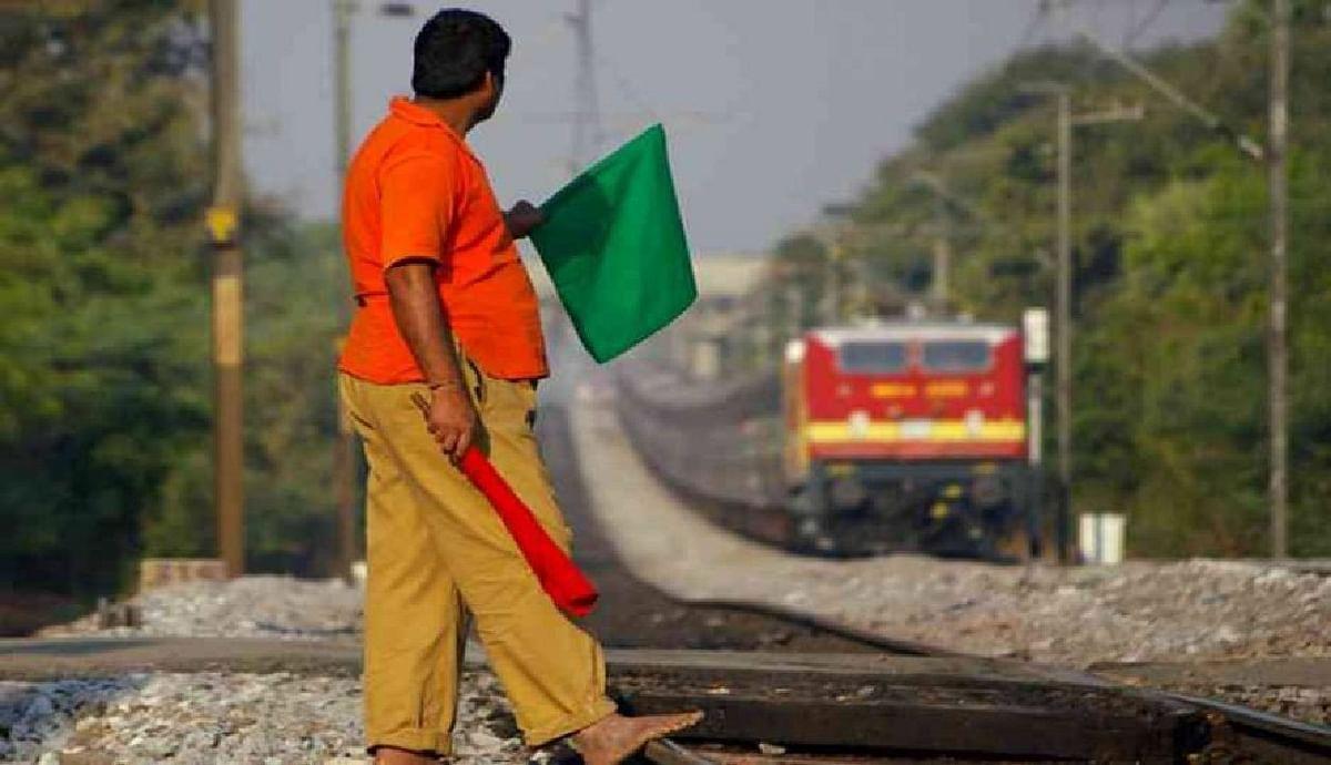 Indian Railways: अब रेलवे के कर्मचारियों को वर्दी में आना होगा दफ्तर, वर्ना यूनिफॉर्म अलाउंस हो जाएगा बंद