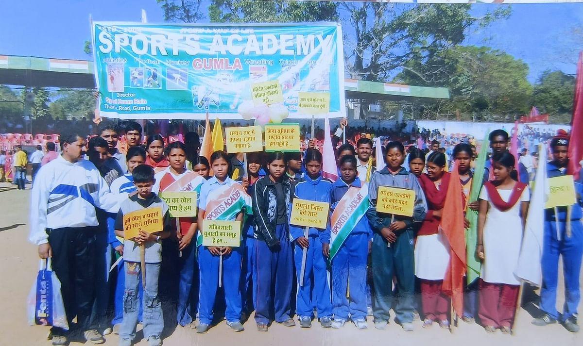 बच्चों को प्रशिक्षित करते सैयद जुन्नू रैन