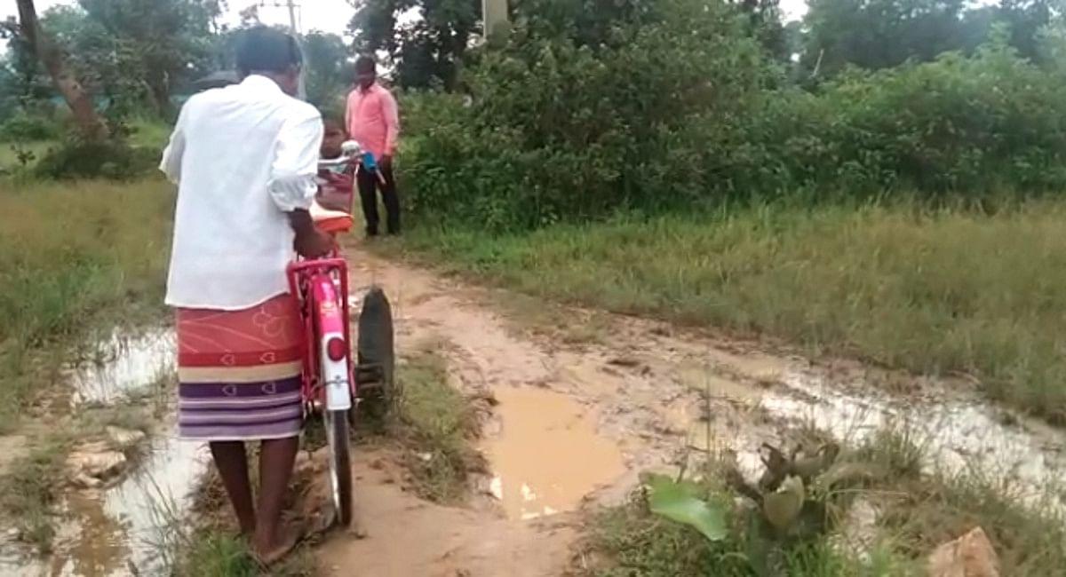Jharkhand News : चक्रधरपुर के ऊंचीबीता गांव में नहीं है सड़क, पगडंडियों पर चलने को मजबूर हैं ग्रामीण