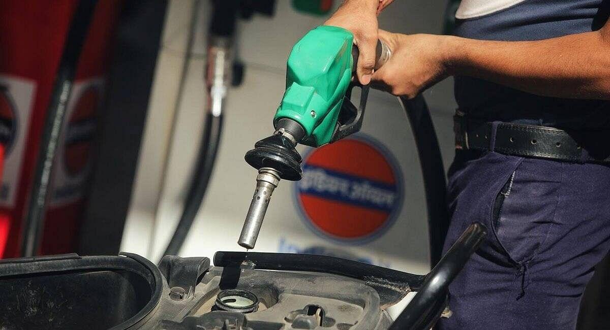 Petrol Diesel Price : देश के कई जगहों पर 100 के पार पहुंचा पेट्रोल, जानें क्या है आपके शहर की रेट