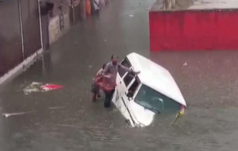 Weather today : भारी बारिश से बेहाल मथूरा, सड़के डूबी, कई जगहों पर जलजमाव, देखें वीडियो