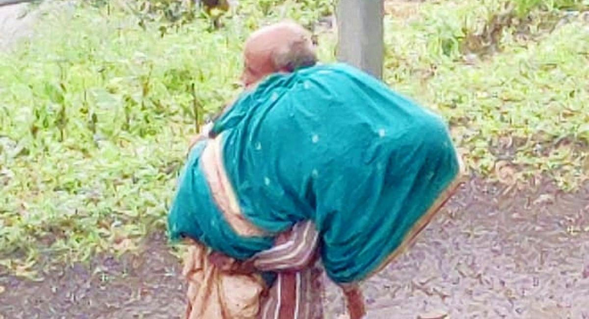 महाराष्ट्र: एंबुलेंस नहीं मिला, तो नंगे पैर पत्नी को कंधे पर लादकर अस्पताल पहुंचे बुजुर्ग, लेकिन...