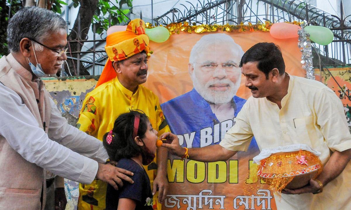 कहीं 'सेवा और समर्पण' दिवस, कहीं तले पकौड़े, PM मोदी के जन्मदिन पर बंगाल में दिखे कई रंग