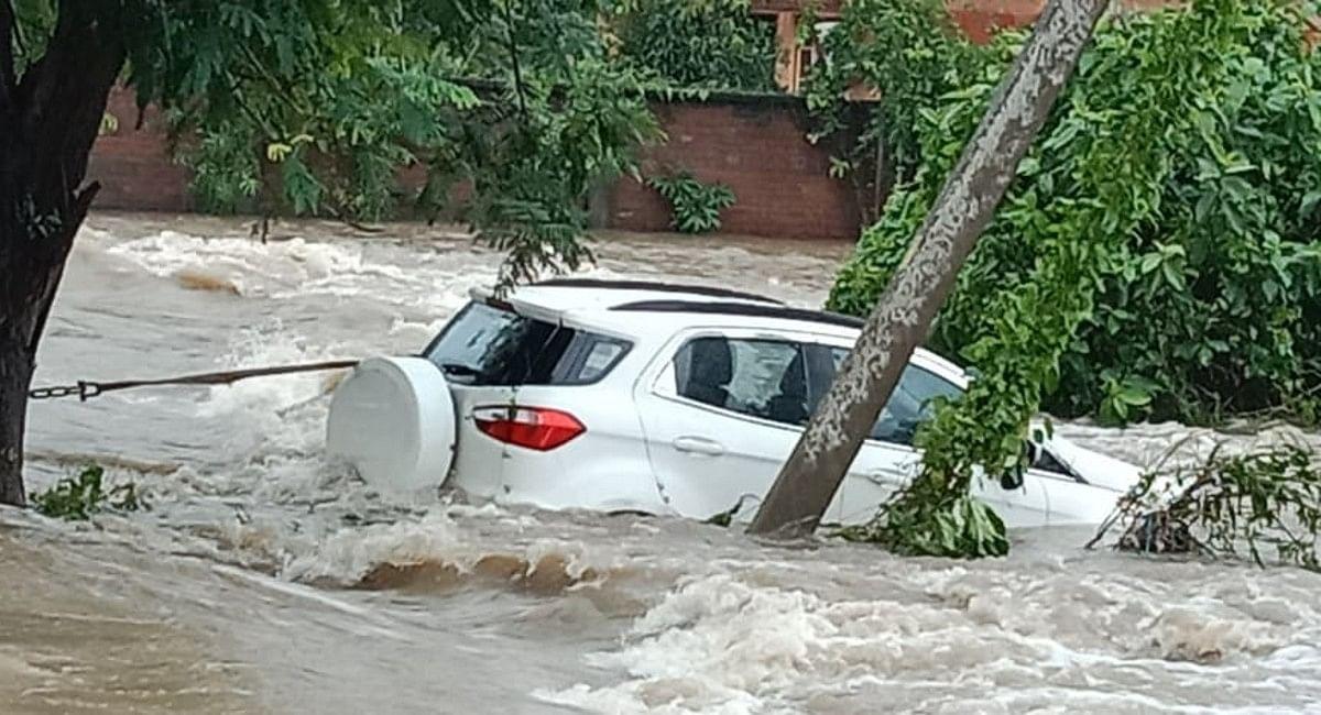 Heavy Rain in Asansol: कागज के नाव की तरह बह गयी थी कार