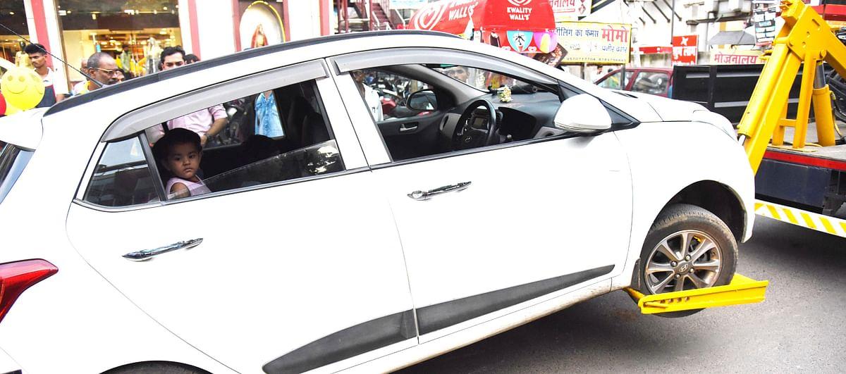 यह कैसा ट्रैफिक कानून: पटना पुलिस ने महिला और बच्ची समेत कार को क्रेन से उठा लिया