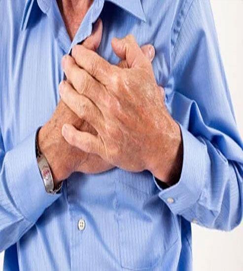 Heart Attack: सीने में दर्द और जलन है तो हो जाएं सावधान, ये हैं हर्ट अटैक के लक्षण