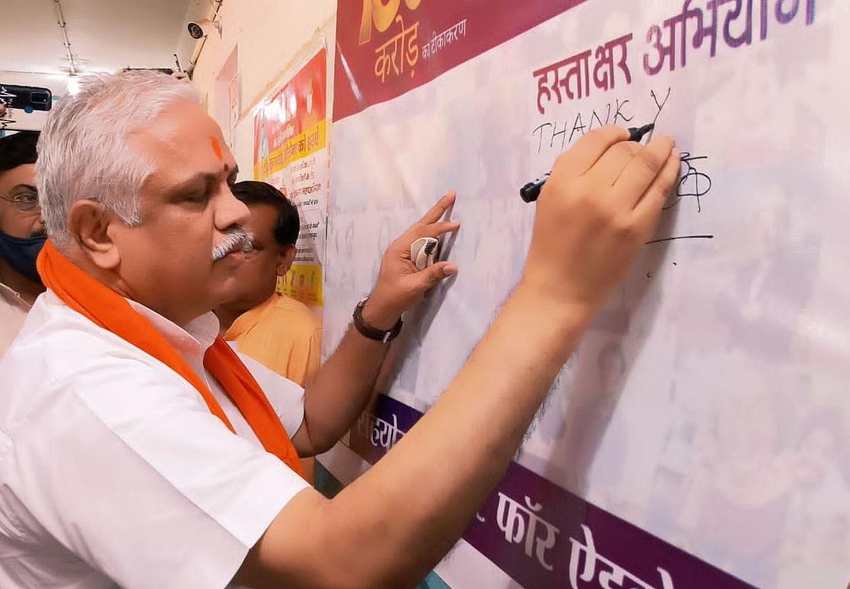 Varanasi News: 100वां करोड़ डोज पर काशी में उल्लास, वैक्सीनेशन में जुटे चिकित्सा कर्मियों को दिल से धन्यवाद