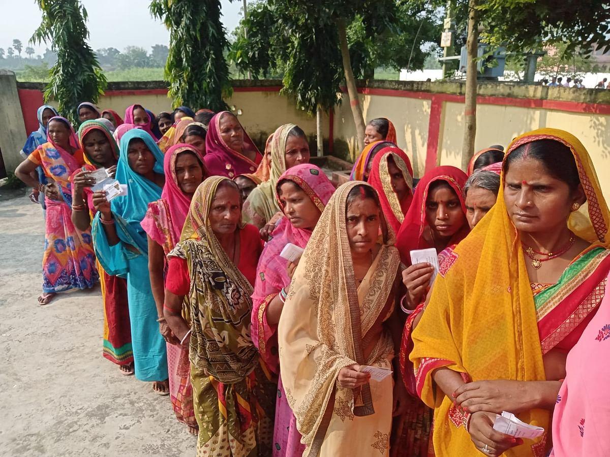 उजियारपुर प्रखंड के बूथ संख्या 244 पर वोट डालने के लिए कतार में लगीं महिलाएं