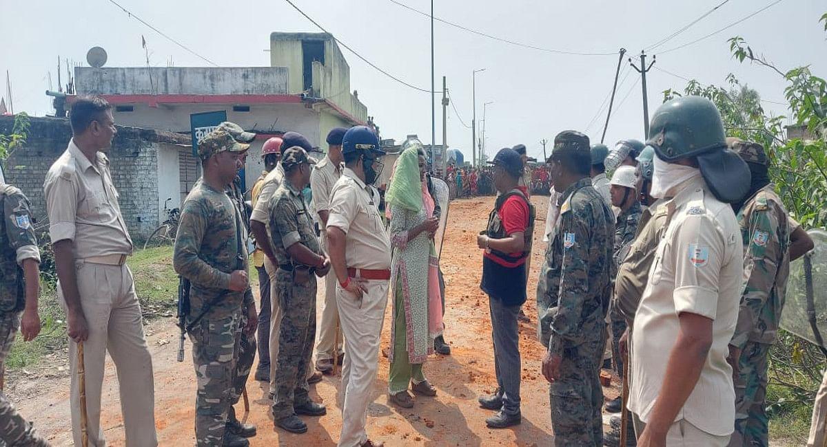 घटना के बाद मौके पर पहुंच कर स्थिति को शांत में कराने में जुटी बड़कागांव विधायक अंबा प्रसाद.