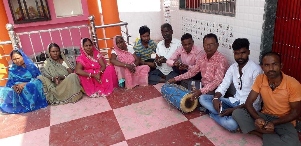 भजन कीर्तन करते ग्रामीण