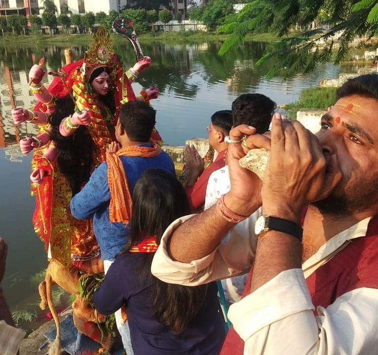 अगले बरस फिर आना मां की जयघोष के साथ नम आंखों से मां दुर्गा की विदाई