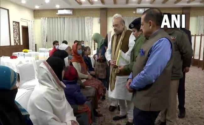 जम्मू-कश्मीर: शहीदों और मारे गए नागरिकों के परिजनों से मिले अमित शाह, दिलाया सरकार के साथ होने का भरोसा