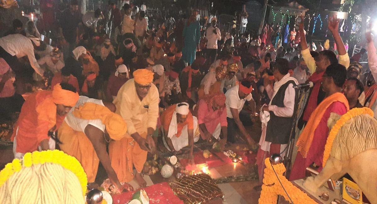 माता रानी की जयघोष से गूंज उठा इटखोरी का मां भद्रकाली मंदिर, संधि बलि में श्रद्धालुओं की उमड़ी भीड़