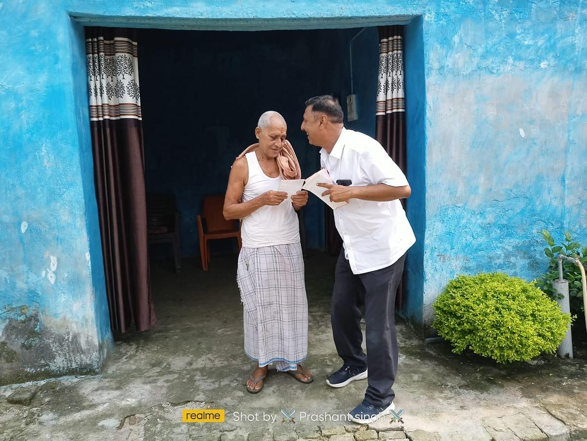 Bihar Panchayat Election 2021 चुनाव करीब आते मतदाता के चरण में पहुंचे प्रत्याशी, देखिए ये पांच फोटो...