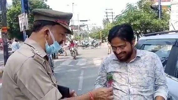 UP News: गांधी जयंती पर आगरा ट्रैफिक पुलिस का दिखा अनोखा अंदाज, चालान काटने की जगह बांटे गुलाब के फूल