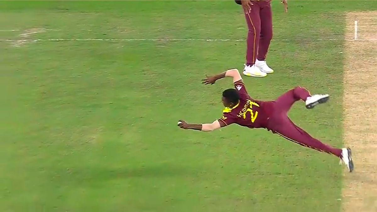 ENG vs WI T20 WC: वेस्टइंडीज के अकील हुसैन का 'सुपरमैन' अवतार, हवा में डाइव लगाकर लपका असंभव कैच, देखें VIDEO