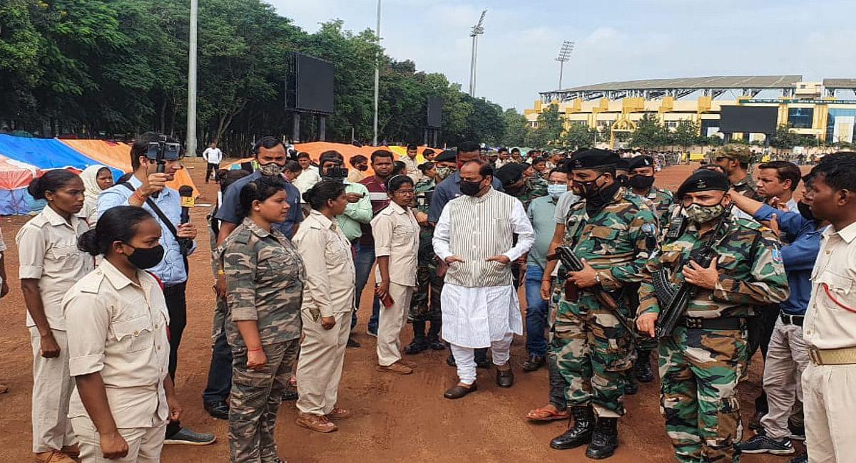पूर्व CM रघुवर दास आंदोलनरत सहायक पुलिसकर्मियों से मिले, CM हेमंत से इनकी मांगों पर विचार करने का किया आग्रह