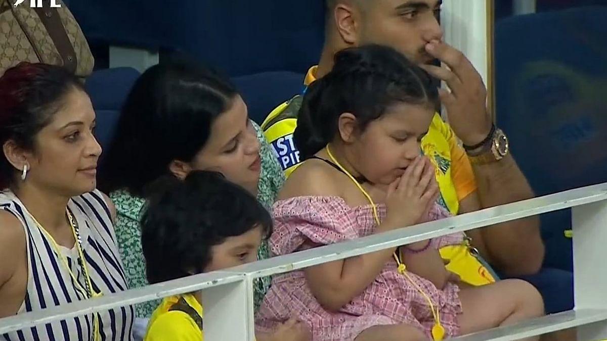 IPL 2021: धोनी की बेटी जीवा CSK के जीत के लिए स्टेडियम में ही करने लगी प्रार्थना, वायरल हुईं प्यारी तस्वीर